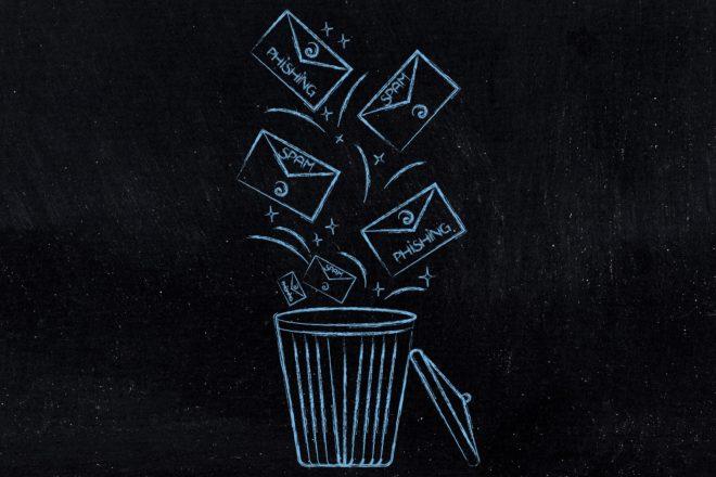 Grafik zeigt Briefumschläge, die im Mülleimer landen, als Symbol für Spam-Filter