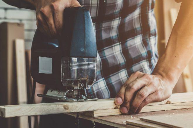 Männerhände bearbeiten ein Werkstück - auch 2020 können Privatleute wieder mit dem Handwerkerbonus Steuern sparen