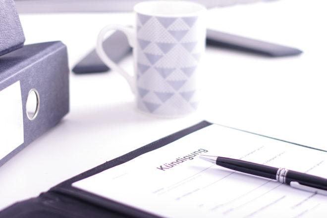 Fotom zeigt ein Kündigungsschreiben als Symbol für den Kündigungsschutz, der auch für Kleinbetriebe gilt
