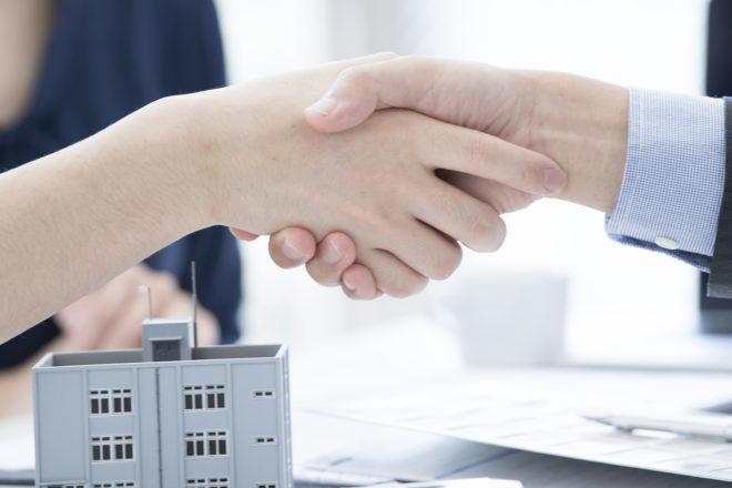 Foto zeigt Handschlag zwischen zwei Teilnehmern einer Mediation - mit Tipps vom Anwalt der richtige Ablauf für eine gütliche Einigung