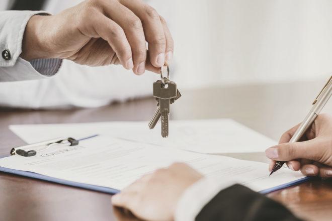 Das Foto zeigt die Schlüsselübergabe für eine Werkswohnung. Eine Werkswohnung oder Dienstwohnung ist ein attraktiver geldwerter Vorteil. Oft bringt der Mietvertrag den Bewerber zur Zusage.