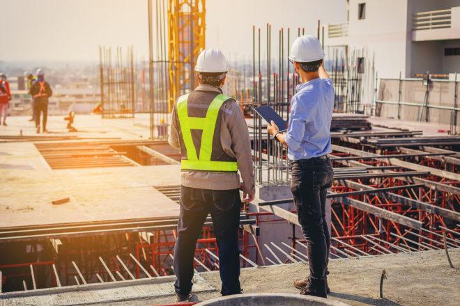 Foto zeigt Arbeiter auf einer Baustelle als Symbol für die Betriebshaftpflicht für Kleingewerbe und Freiberufler
