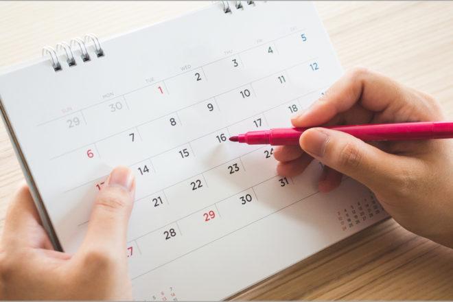 Foto zeigteinen Monatskalender, in dem mitn einem roten Stfit dienTage markoert werden, als Symbol dafür, dass nach einer Kündigung der Urlaubsansprich genau ausgerechnet werden muss