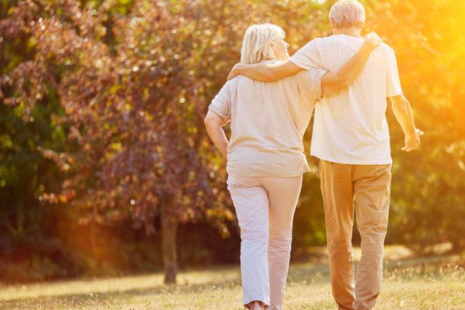Das Bild zeigt ein Rentnerehepaar beim Spazierengehen. Durch eine Betriebsrente sind die Senioren gut abgesichert. Die betriebliche Altersvorsorge ist für Arbeitgeber Pflicht. Sie müssen Mitarbeitern einen Sparvertrag anbieten und sich auch finanziell beteiligen.