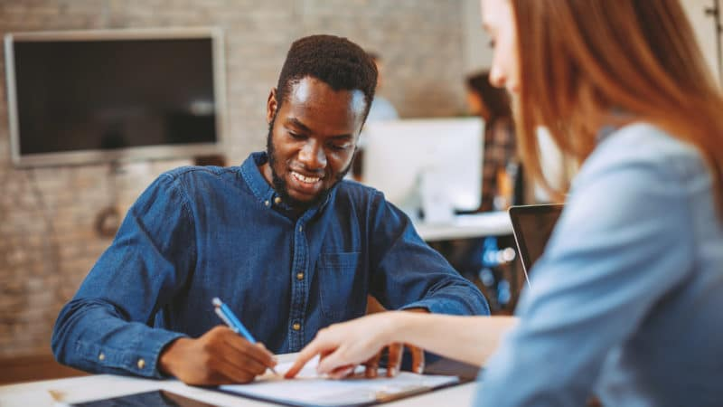 Darlehen an Mitarbeiter: Die Tücke steckt im Darlehensvertrag