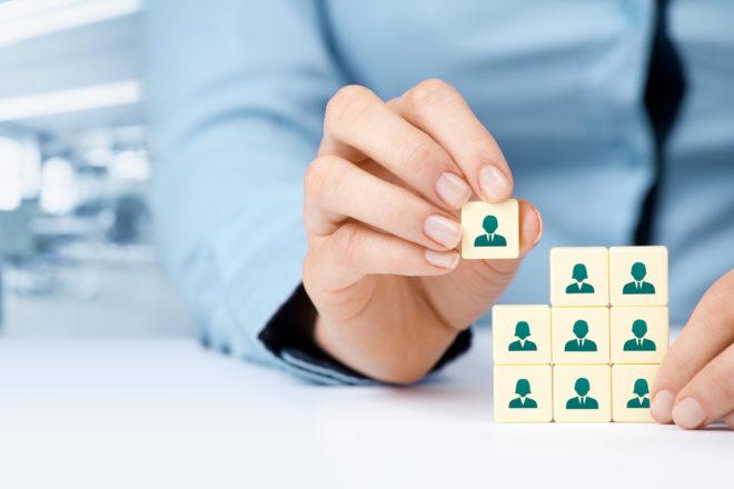 Eine Unternehmerin erledigt ihr Personalmanagement mit DATEV und Personio