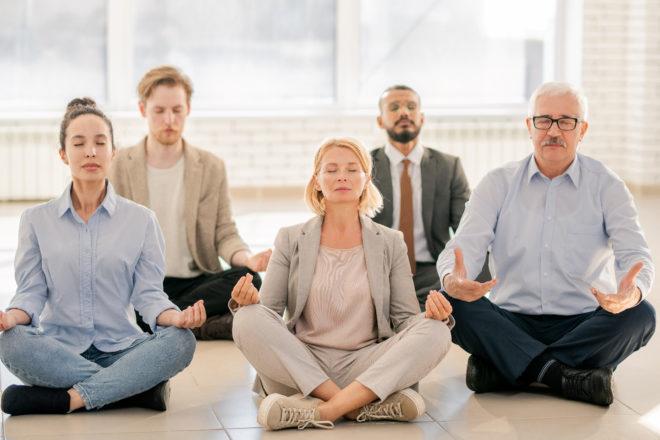Meditierende Mitarbeiter als beliebter Teil vom Konzept für Betriebliches Gesundheitsmanagement mit dem sich Fehlzeiten senken lassen