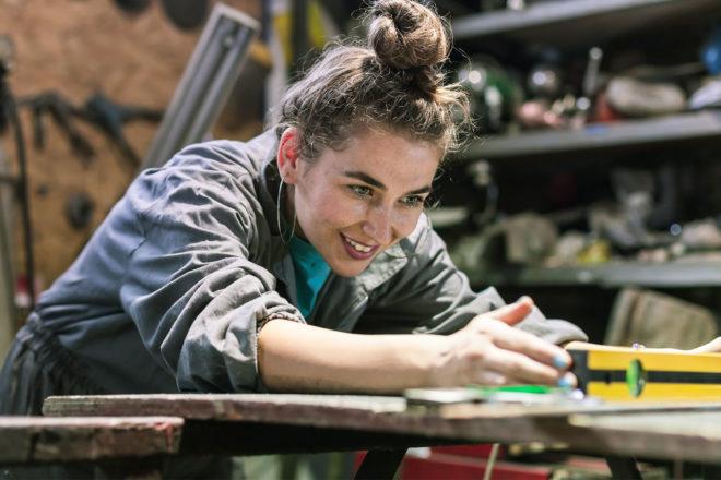 Foto zeigt ein Mädchen im handwerk als Symbol für Teilzeitausbildung oder eine Ausbildung in Teilzeit