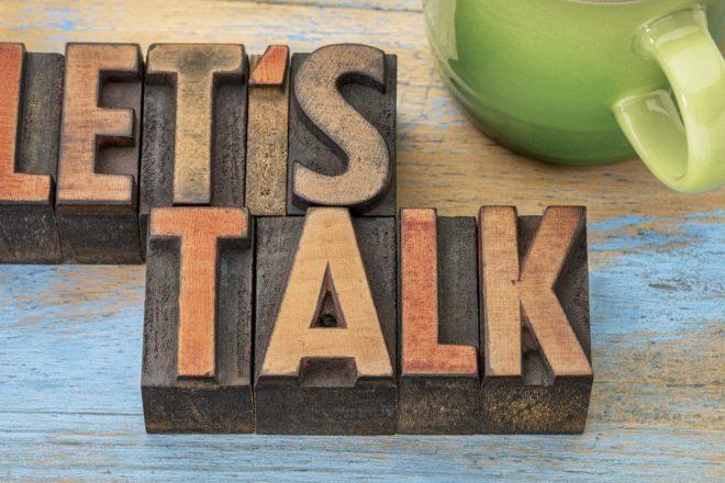 Das Foto zeigt den Schriftzug Let´s talk. Reden ist für Entscheider wichtig. Business Coaching hilft Unternehmern, individuelle Lösungen zu entwickeln sowie Kommunikation und Führung zu verbessern.