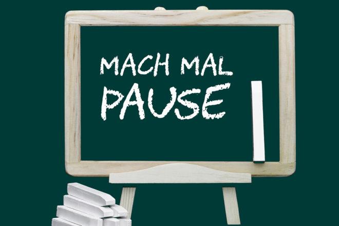 Foto zeigt eine Tafel mit der Aufschrift Mach mal Pause als Symbol für Arbeitszeit und Pausen