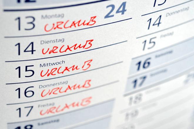 Foto von Kalender mit markierten Tagen symbolisiert die Urlaubsplanung