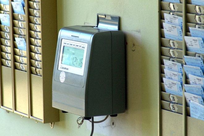 Foto zeigt eine Stechuhr als eine Methode zur Arbeitszeiterfassung für ein Arbeitszeitkonto