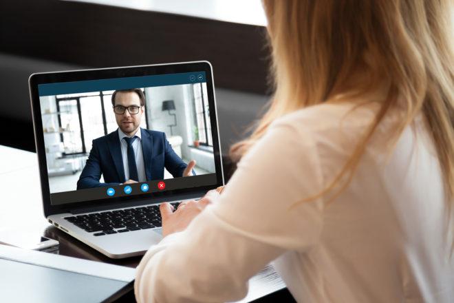 Das Bewerbungsgespräch richtig führen geht auch kontaktlos via Bildschirm, wenn es sein muss.