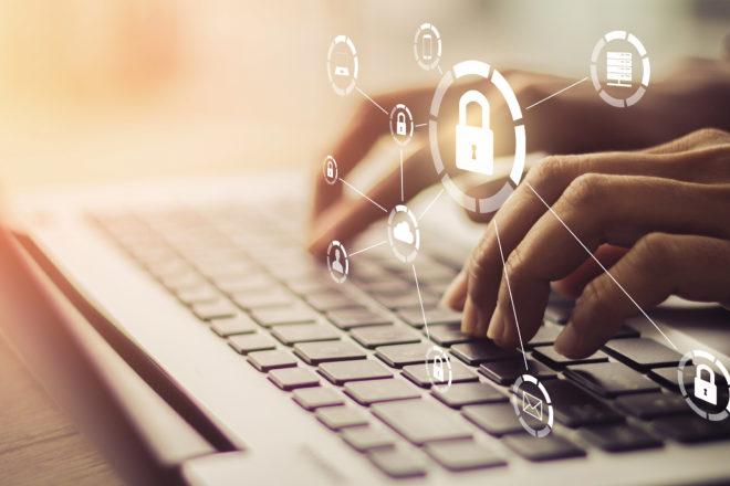 Foto zeigt Hände auf der Laptop-Tastatur als Symbol für Datensicherung im Home-Office.