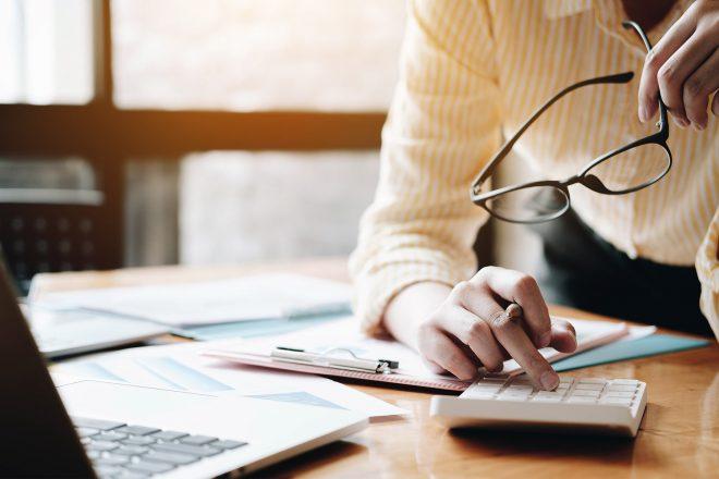 Unternehmerin nutzt Fachbuch ArbeitnehmerScout zur Finanzplanung