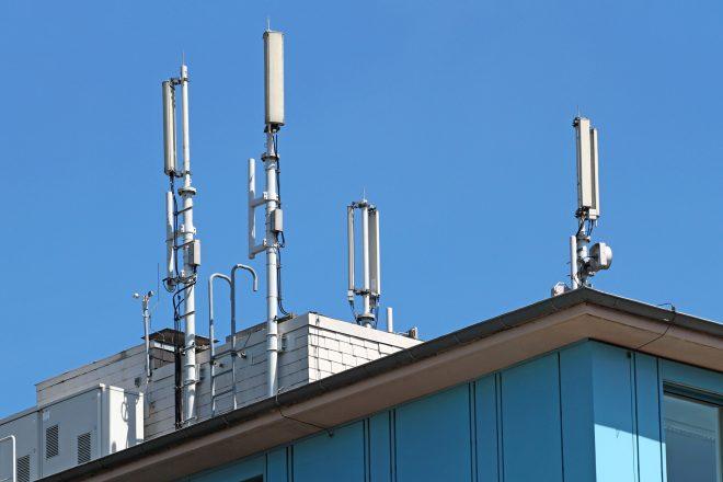 Foto von Mobilfunkantennen auf einem Dach symbolisiert die EEG-Meldepflicht für Unternehmen, auf deren Firmengelände andere Unternehmen mit ihrem Strom arbeiten. Die EEG-Umlage müssen fast alle Unternehmen zahlen