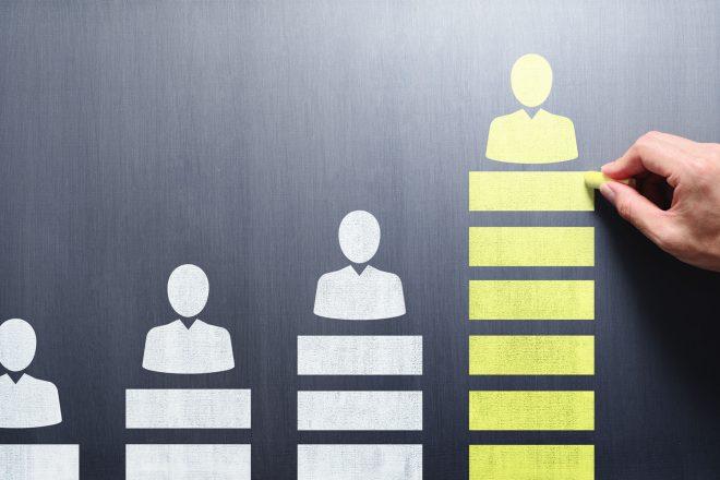 Das Bild zweigt drei unterschiedlich große Holzmännchen, die Höhe der Gehälter im Mittelstand symbolisieren. Der Verdienst in der Chefetage ist häufig sechsstellig. Sind Geschäftsführer an der Firma beteiligt, ist jedoch Vorsicht geboten. Halten die Bezüge einem Gehaltsvergleich zwischen Unternehmen nicht stand, droht Ärger mit dem Finanzamt.