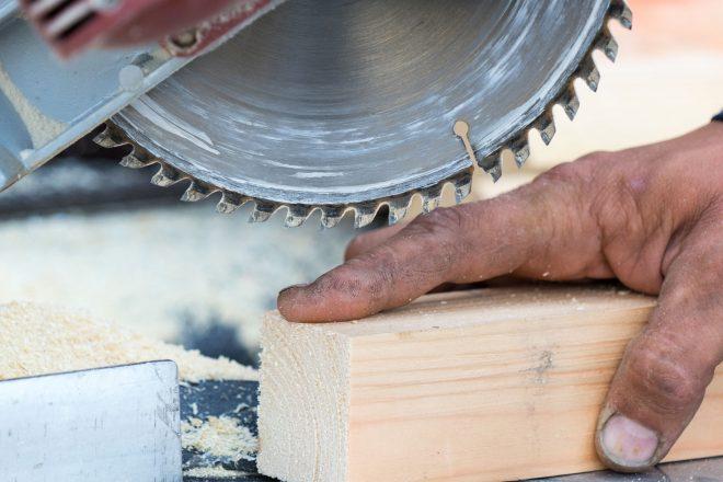 Foto zeigt eine hand an der Kreissäge als Symbol für einen Arbeitsunfall, nach dem der Gang zum Durchgangsarzt eine Pflicht ist. Deshalb sollten alle Mitarbeiter wiessen: Was ist ein Durchgangsarzt?