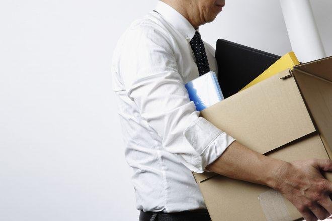 Das Foto zeigt einen Mitarbeiter, der nach seiner Entlassung das Büro verlässt, als Symbol für das Risiko einer Rache nach Kündigung.