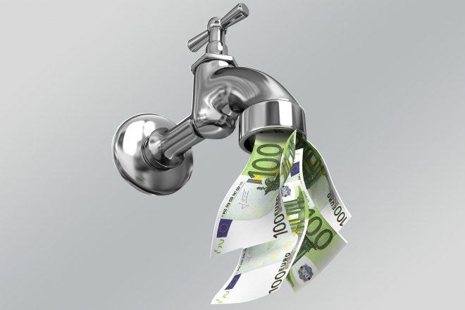 Fotomontage zeigt Wasserhahn aus dem GEldscheine quellen als Bild für das Liquiditätsmanagement mittelständischer Unternehmen