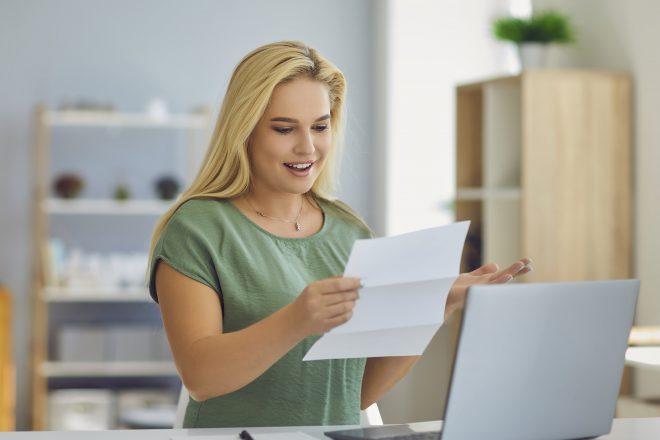 Das Bild zeigt eine junge Frau, die sich über ein Gehaltsextra ihres Chefs freut. Diese Sonderleistung ist qua Definition ein geldwerter Vorteil und laut Gesetz nicht immer steuerfrei. Arbeitgeber sollten vorab das Gespräch mit Steuerberater oder Steuerberaterin führen.