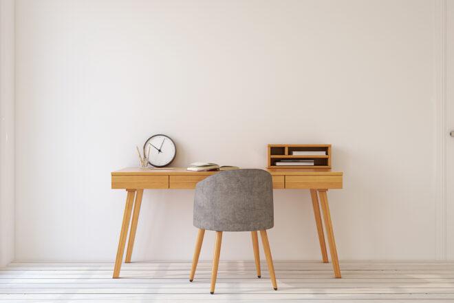 Foto zeigt geringwertige Wirtschaftsgüter wie einen spartanisch möblierten Schreibtisch und Stuhl die im Rahmen der GWG-Grenze sofort abziehbar sind