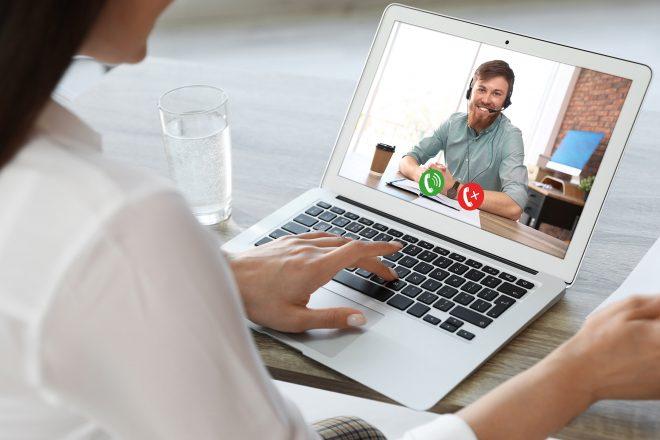 Das Foto zeigt eine Mitarbeiterin vor ihrem Laptop während einer Videokonferenz mit ihrem Chef. Gute Personalführung ist besonders in Coronazeiten eine Herausforderung. Es ist wichtiger denn je, dass Vorgesetzte ihre Personalführung, Instrumente und Führungsstile der Situation anpassen.