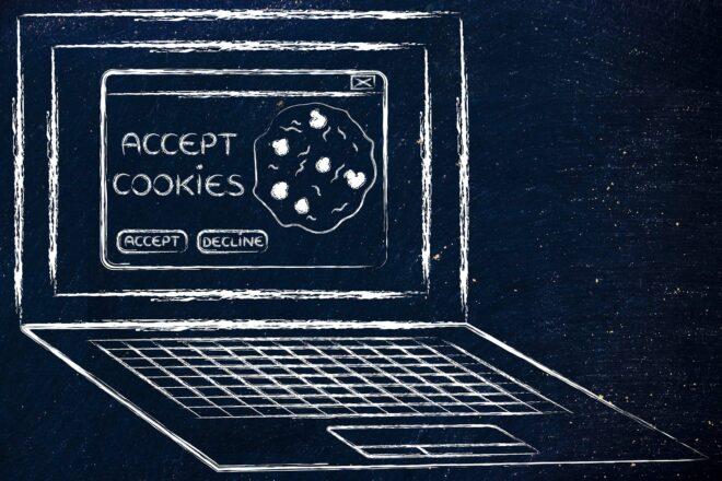 Das Foto zeigt einen gezeichneten Laptop mit einem Keks auf dem Bildschirm als Symbol dafür, dass wegen der DSGVO auf jeden Cookie, den man auf einer Website setzt, ein Hinweis zu geben ist.