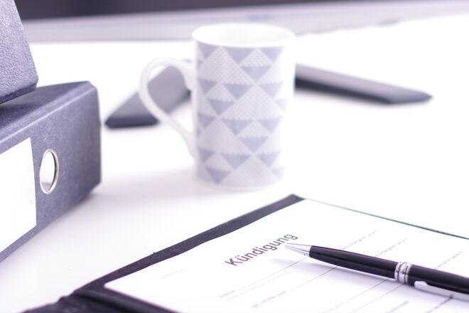 Mappe mit einem Schreiben unter der Überschrift Kündigung steht als Symbol für das Thema Kündigungsschutz in Kleinbetrieben