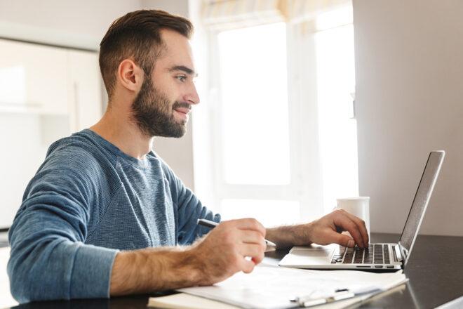 Junger Mann kann seine Buchführung optimieren mit DATEV