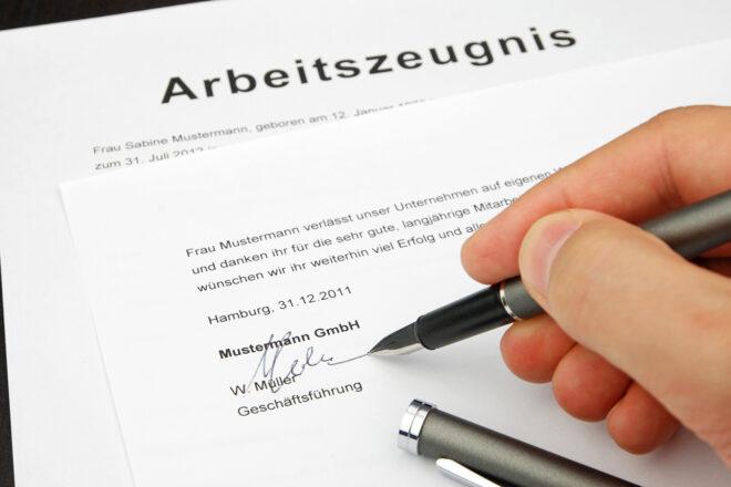 Das Foto zeigt ein qualifiziertes Arbeitszeugnis, das der Chef gerade unterzeichnet. Verlassen Beschäftigte den Betrieb, steht ihnen ein berufsförderndes Arbeitszeugnis zu. Chefs müssen es zeitnah erstellen.