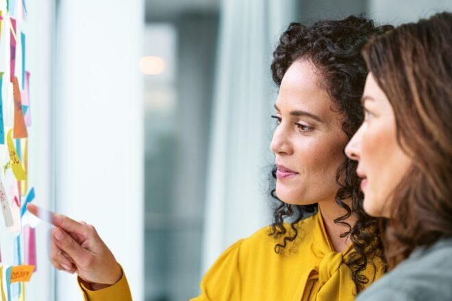 Mitarbeiterinnen sprechen über Lohn und Personalmanagement mit DATEV-Lösungen