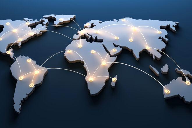 Foto zeigt eine Weltkarte mit Punken für die Stamdorte eines Unternehmens auf allen Kontinenten als Symbol für die Auslandsentsendung von Mitarbeitern.