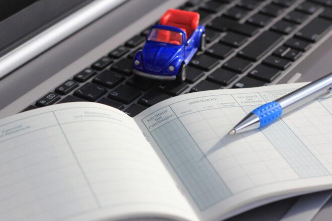 Das Foto zeigt ein geöffnetes Fahrtenbuch. Privatfahrten mit dem Firmenwagen sind immer zu versteuern. Betriebe müssen prüfen, was für Unternehmer, Unternehmerin, Selbständige sowie Arbeitnehmer günstiger ist: ein Fahrtenbuch zu führen oder die 1-Prozent-Regelung?