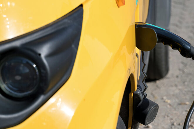 Foto zeigt die Beladevorrrichtung eines zahlreicher in dem Fall gelber E-Nutzfahrzeuge