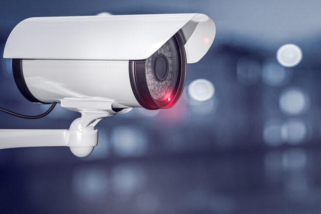 Foto zeigt eine Überwachungskamera seitlich die zur Videoüberwachung am Arbeitsplatz eingesetzt wird