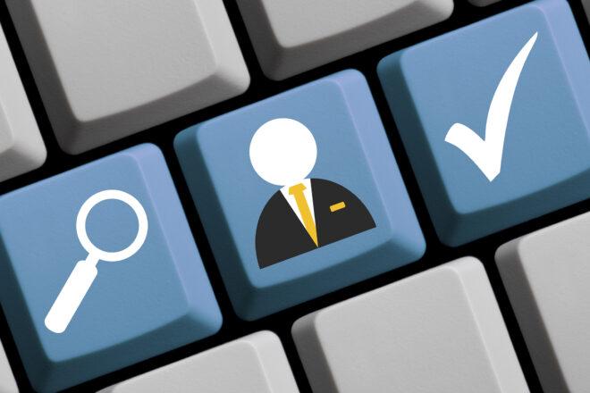 Bild einer Tastatur mit Piktogrammen für Lupe, Mensch und ein Check-Haken als Symbol für das E–Recruiting