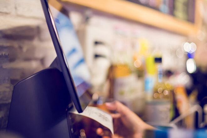 Das Foto zeigt eine elektronische Kasse, die gerade einen Beleg erstellt. Zwar gibt es in Deutschland keine Registrierkassenpflicht für Einzelhandel, Friseur, Kfz-Werkstatt, Gastronomie oder Kleinunternehmer, doch wer eine PC- oder elektronische Registrierkasse nutzt, muss höhere Anforderungen erfüllen.