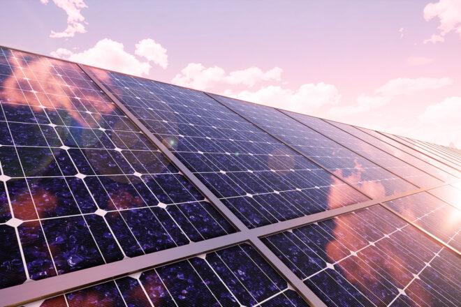 Bild einer Photovoltaikanlage symbolisiert das Thema Klimaschutz im Unternehmen durch eigene Stromerzeugung
