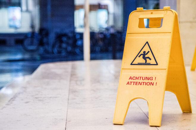 Foto zeigt Warnaufsteller mit Piktogramm Rutschendes Männchen auf den Stufen eines Unternehmens im Rahmen von dessen Verkehrssicherungspflicht
