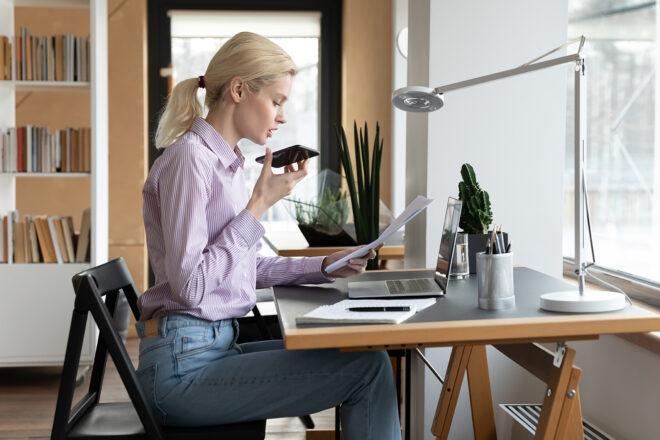 Frau lässt sich vom Alexa Gehaltsrechner das Nettogehalt errechnen
